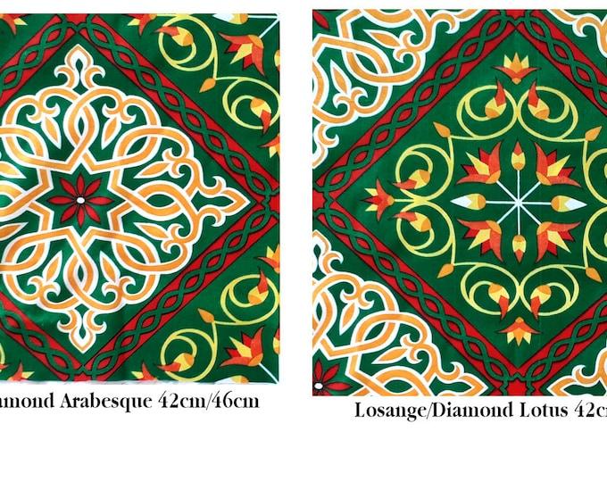 Tissu au mètre fleuri évoquant une ambiance champêtre décoré avec des motifs ethniques et des fleurs de lotus convenant pour l'habillement