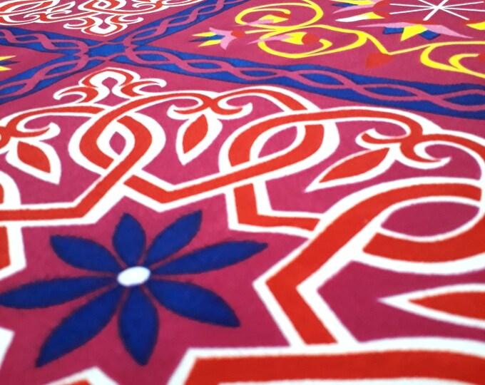Tissu pour robe bohème chic mauve. Imprimé ethnique à fleurs de lotus et arabesque. Pour décoration fête enterrement de vie de jeune fille