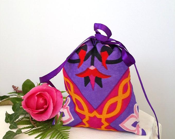 Pochette cadeau en tissu oriental mauve. Emballage idéal pour des petits cadeaux pour les invités d'un anniversaire pour une fille