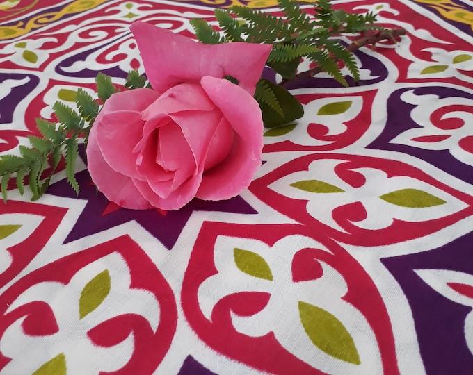 Tissu grande étoile fushia avec motifs floraux pour confection de nappes ou centre de table. Unité = une étoile = 85 cm = 0.93 yard