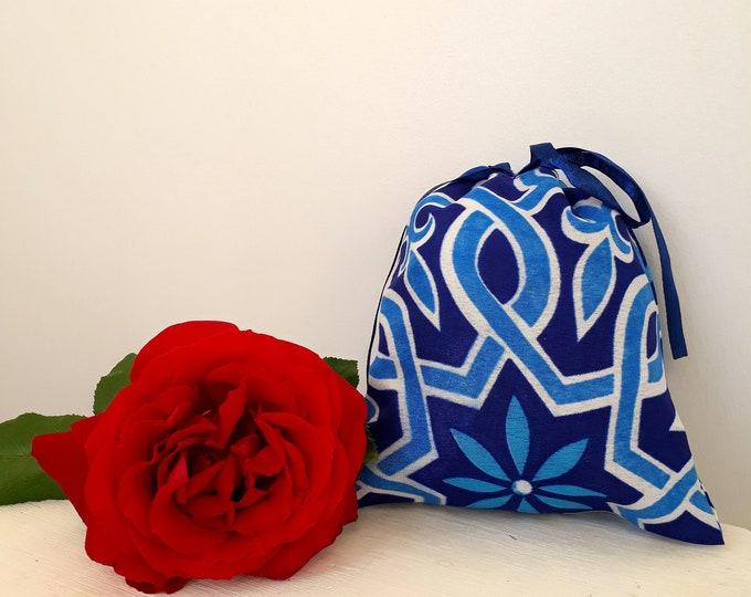 Pochette cadeau en tissu oriental indigo. Emballage idéal pour des petits cadeaux d'anniversaire éthiques et éco-friendly