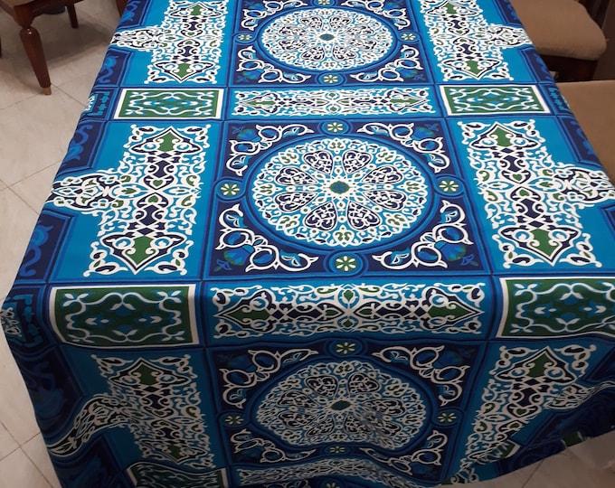 Tissu khayameya bleu turquoise avec un imprimé ethnique et des motifs orientaux. Pour la couture de tenture décorative, nappe, collage tissu