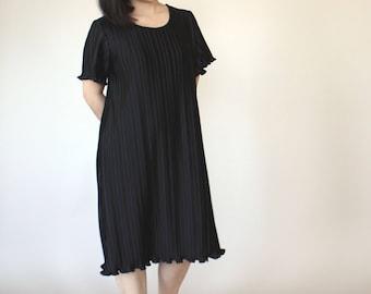 Minimalist Black Pleated Dress // Tunic // S // M // Ruffled Hem // 1970s // Accordion Pleats
