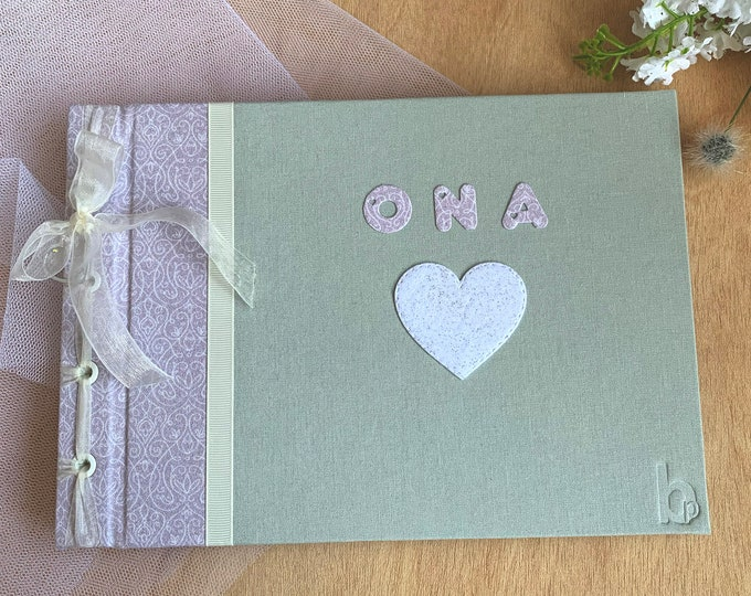 a.Romantic style album ideal for gifting First Communion. To save photos or signature book. It can be customized. Flowers. Pink