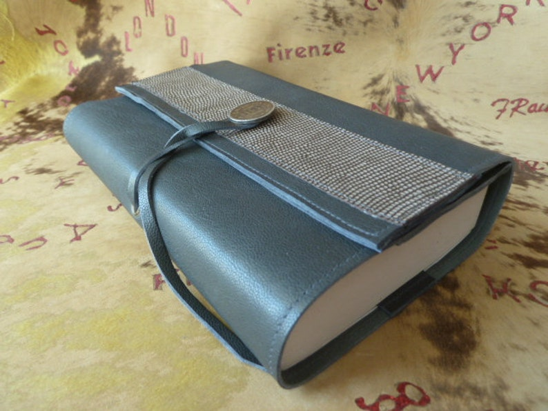 adjustable book cover in Taupe-khaki caprine leather, with printed leather  band, for books of 18 cm H Maxi, closing by link