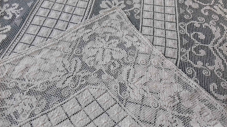 Couvre-lit en filet rebrodé des années 1920