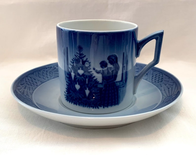 First quality and condition like new Collectible cup. Royal Copenhagen Denmark Christmas cup 1981 Admiring the Christmas tree