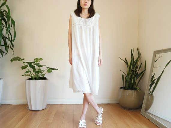 Vintage white Nightgown / White Night Gown / Simpl