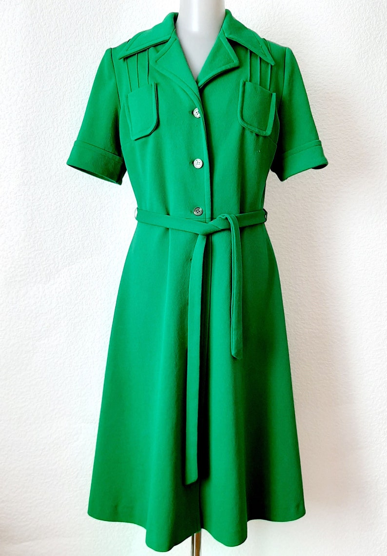 Vintage 70s Womens Green Safary Style CRIMPLENE Polyester Short Sleeve A-line Fitted Button down Single Breasted Collared V Neck Dress L10