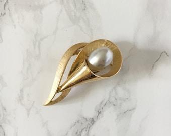 pearl trumpet brooch