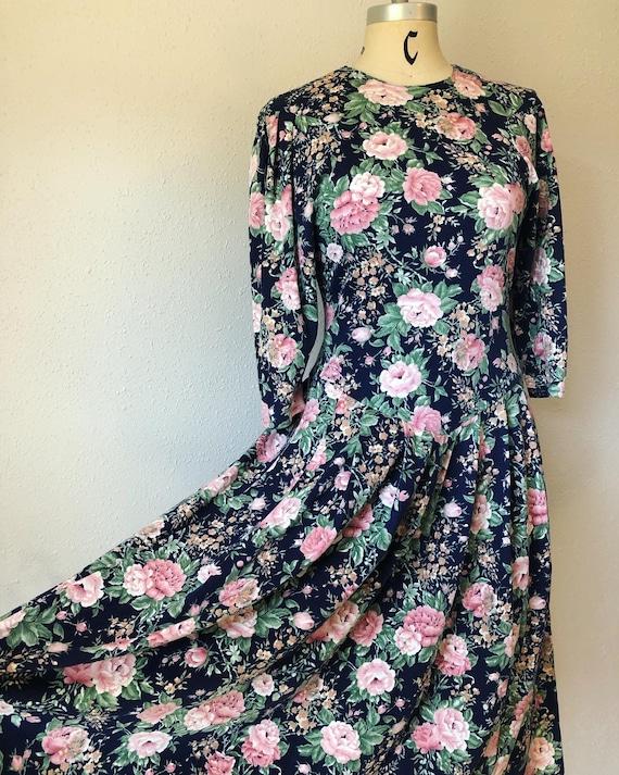 Flirty fun Navy floral knit 1980's vintage v-waist