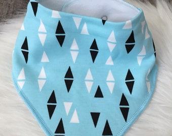 Bavoir bandana bébé - motifs triangles et losanges scandinaves bleu, noir et blanc - jersey et microfibre - Idée cadeau naissance-