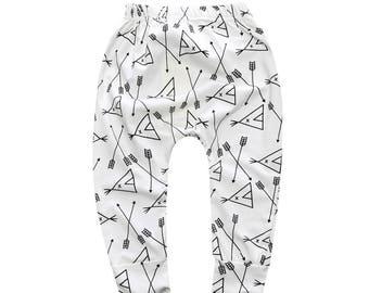 Joli legging, pantalon, jogging bébé - motif tipi et flèches scandinaves - Idéal pour les couches lavables- Noir, blanc