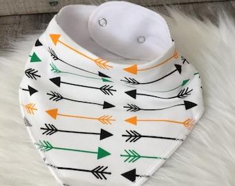 Bavoir bandana bébé - motifs flèches orange, vert, noir et blanc - jersey et microfibre - Idée cadeau naissance-