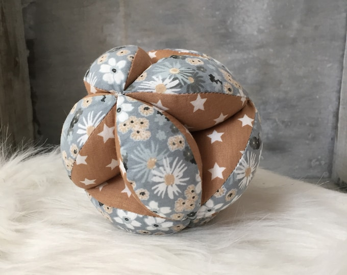 Ball of grasping baby inspired by Montessori - fabric balloon motor fine-beige printed fabric nature toy, Star and flowers