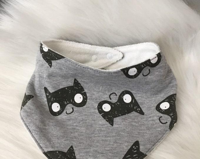 Bavoir bandana bébé - motif masque/ super héros batman -scandinaves gris et blanc - jersey et microfibre - Idée cadeau naissance-