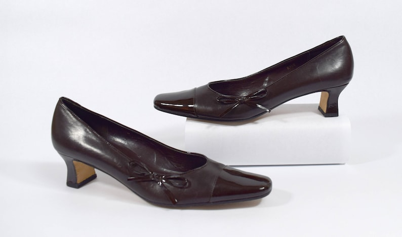 3a0b0f37612a7 Vintage Van Eli 90s Brown Leather Cap Toe Pump Heels with Bow Size 8.5S  Slim (Extra narrow)