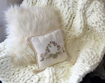 Antique white chunky knit blanket, Chunky chenille knit blanket,Hand knitted blanket using chunky chenille yarn,Chunky yarn for arm knitting