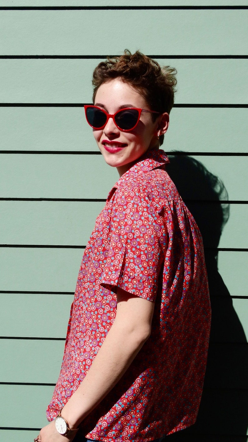 Cute 70s Lady Arrow Short Sleeve Button-Up Size M L  Red Floral Flower Print Blouse