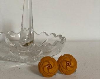 Vintage 1940's | golden carved Bakelite screw-back earrings