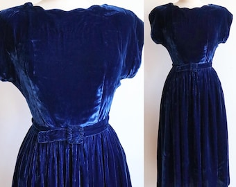 Vintage 1940s   Small   blue rayon velvet dress with scalloped neckline