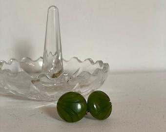 Vintage 1940's   green carved bakelite screw-back earrings