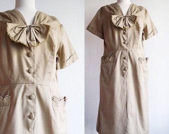 Vintage 1950's / 50's beige cotton day dress with scalloped pockets / size large-xl