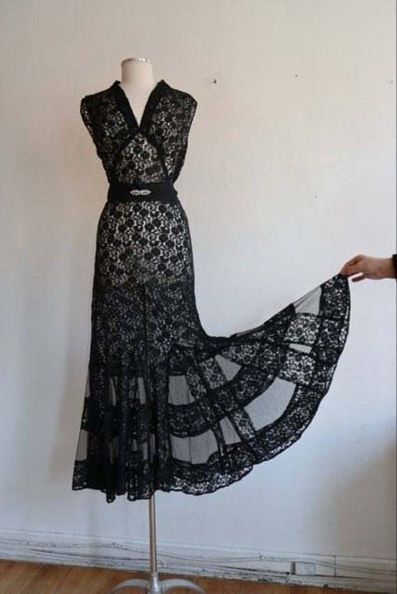 Vintage 1930s sleeveless lace dress
