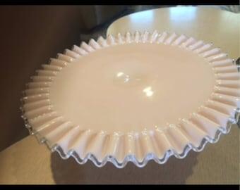 Assiette à gâteau Fenton argent crête Pink Milk Glass Cake Stand des années 1950 Rose Pastel