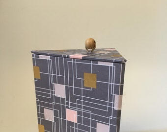 Cardboard triangle box