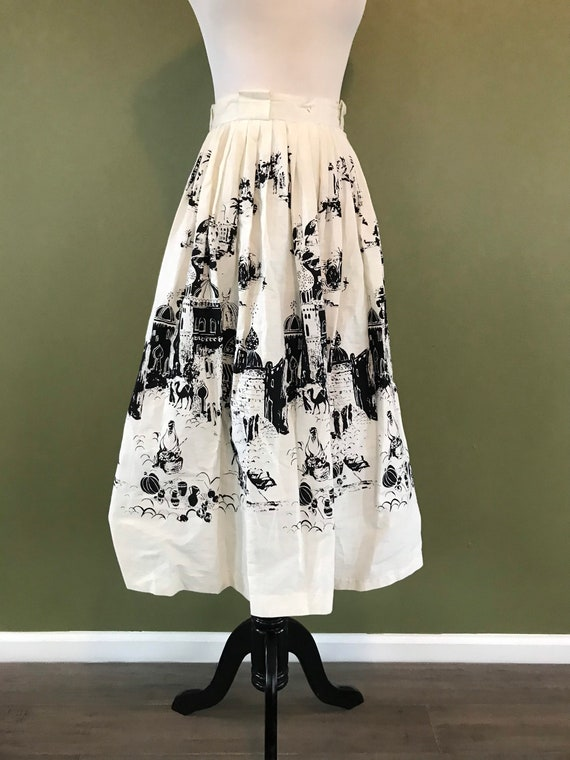 Adorable 1950s White Black Novelty Market Medina S