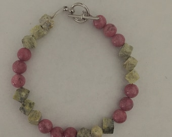 Wire beaded bracelet with toggle clasp
