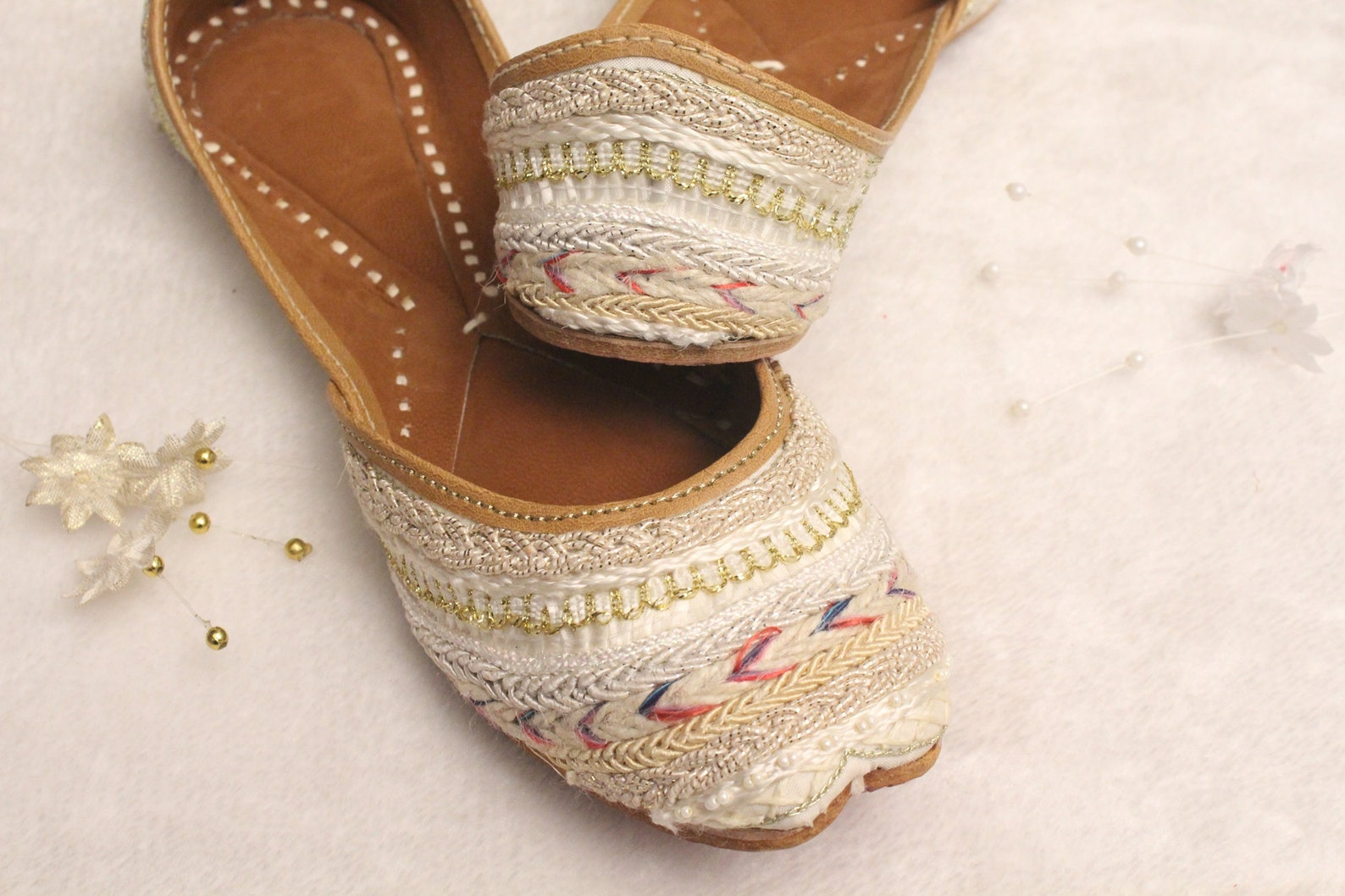 women bridal wedding shoes/indian white shoes/wedding flats/gold ballet flats/cream jasmine shoes/khussa shoes/rani gown shoes