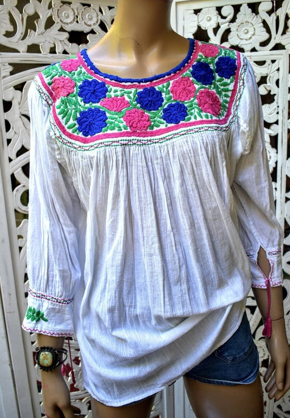 Sweetest vintage 70s embroidered cotton peasant bl