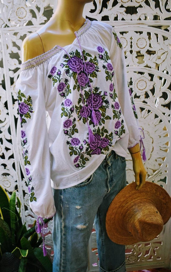 Lovely vintage embroidered peasant blouse M