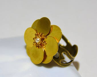 Sequins in gold tone ring