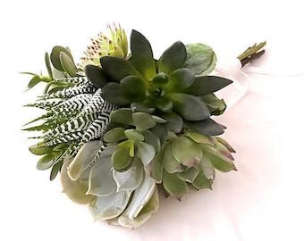 Le Bouquet de la Demoiselle d'Honneur Gaïa : bouquet de succulentes en camaïeu de verts, parure de mariage, plantes grasses
