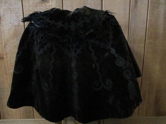 Victorian cape, black embroidered velvet, origina… - image 2