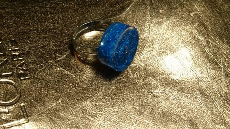 Justerbar ring. Bl\u00e5 ros