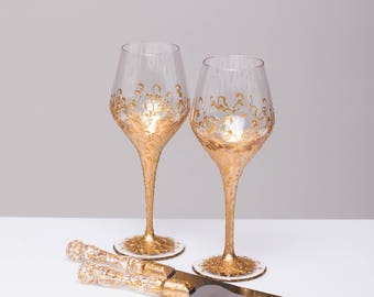 wedding wine glasses and cake server set gold Wine glasses and cake cutter set Wedding gift Personalized cake server set bride and groom