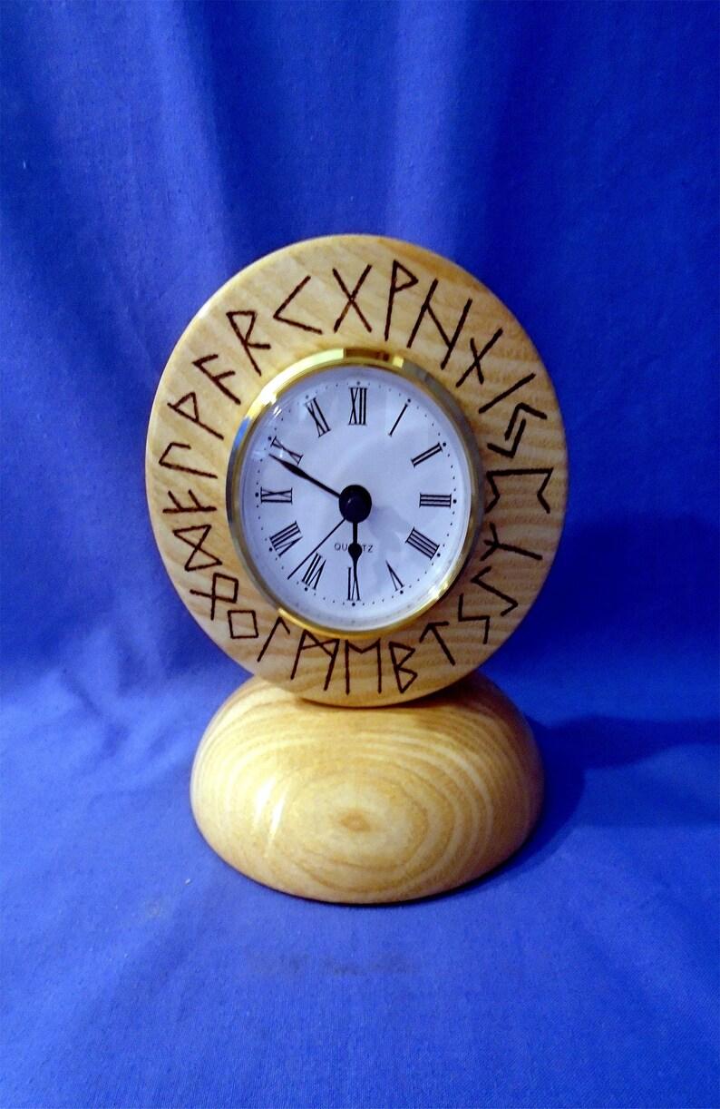 Fait à la main en bois * Viking Rune Horloge * en cendres, sera magnifique dans n'importe quelle pièce, salle à manger, salon, manteau, également fait un beau cadeau.