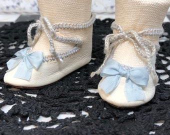 """Leather doll shoes 5,7 cm  -  2  2\8  """"  French style for an antique doll cream white with soft blue decorations"""