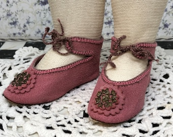 """Leather suede doll shoes 8 cm  -  3  1\8  """"  German style for an antique doll lilac pink with brass decorations ."""