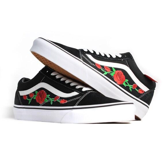 vans noir avec des roses rouges