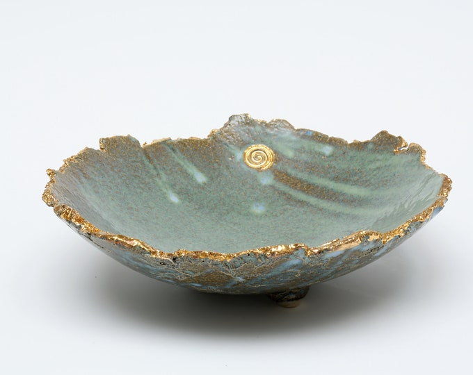 Exclusive timeless classic elaborately crafted ceramic fruit bowl