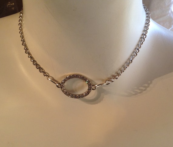 Chain choker with oval pendant