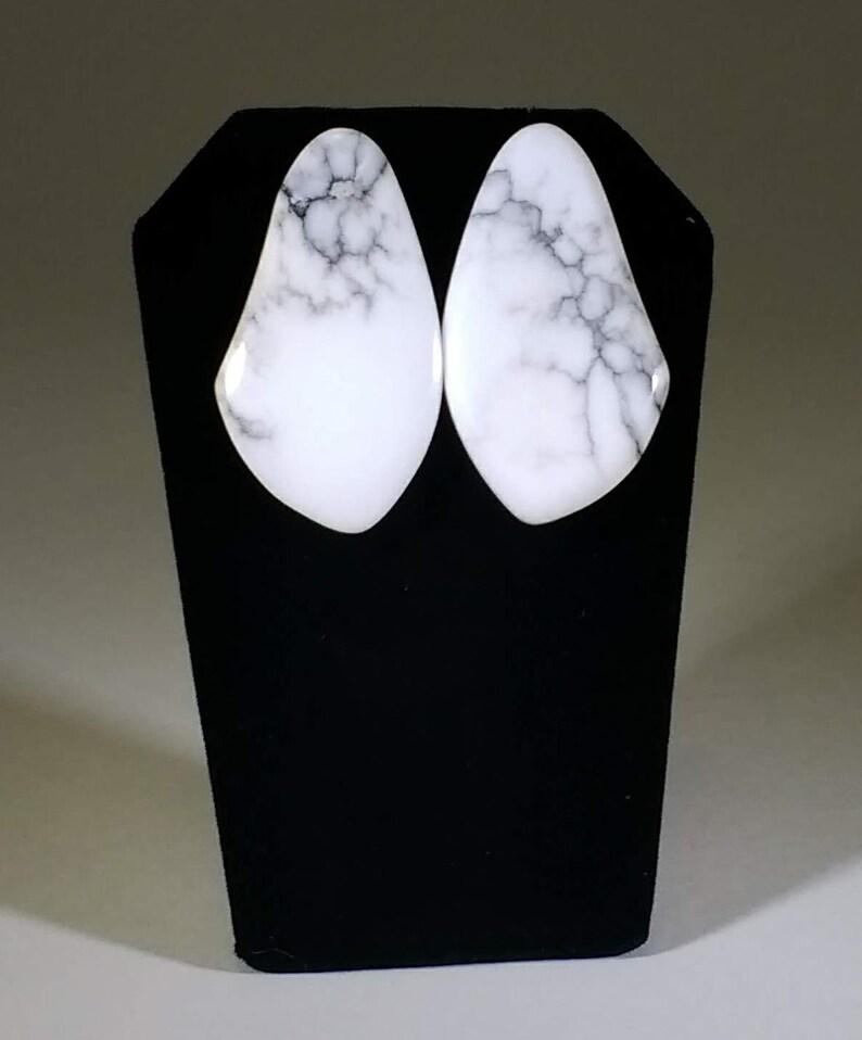 Irregular-shaped Howlite White Turquoise/White Buffalo Stud image 0