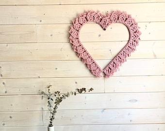 SWEETHEART Coeur en macramé rose. . Décoration murale en macramé. Décoration cerceau en cœur. Applique mural cœur en macramé.