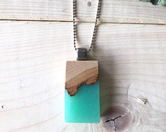 Featured listing image: Collier en bois recyclé et résine bleu océan, turquoise