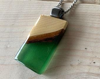 Collier en bois recyclé et résine vert bouteille